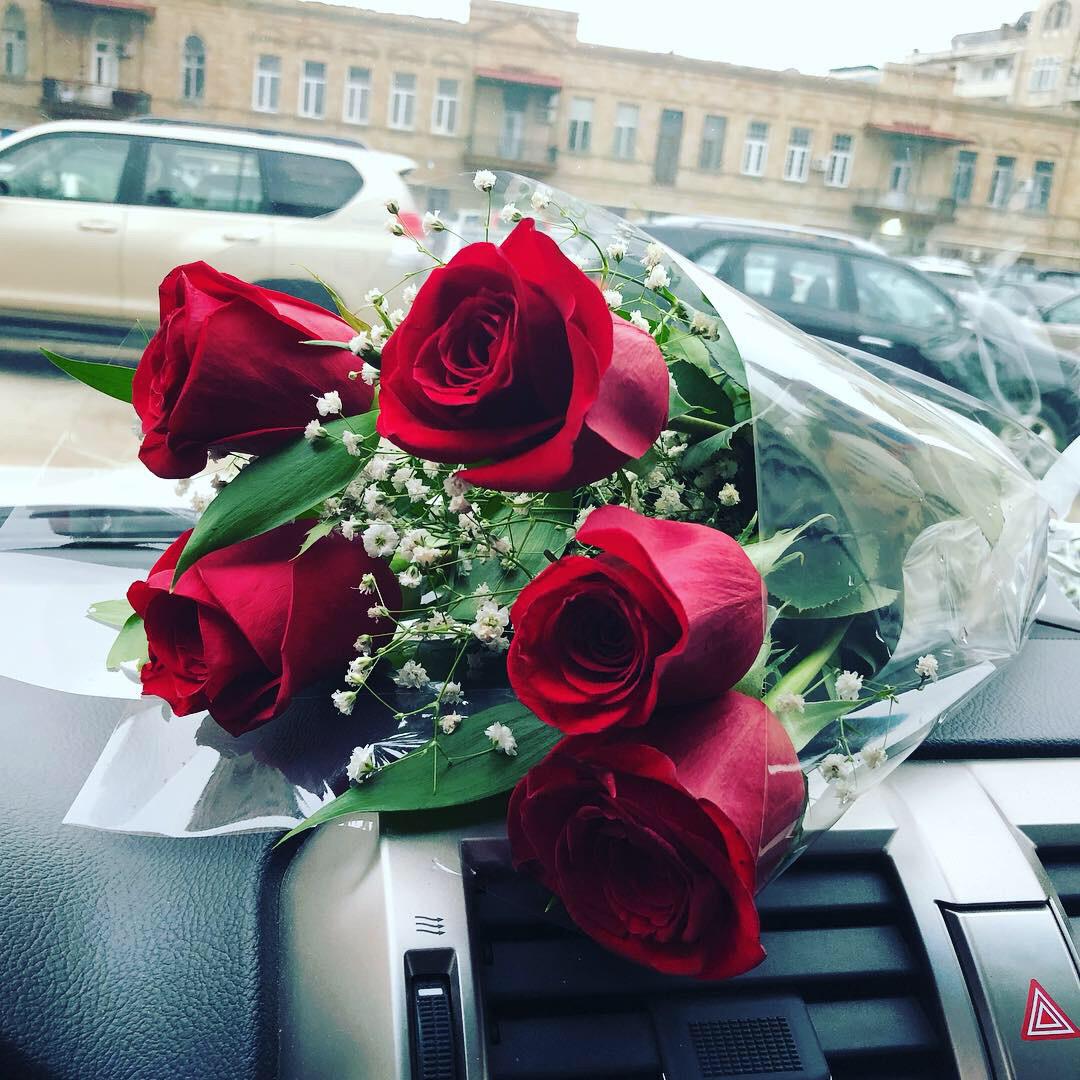 Фото машины с розами