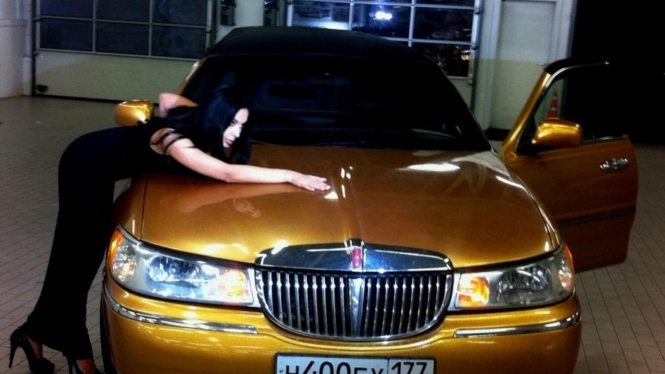 Lincoln Town Car Gold Limousine Drive2