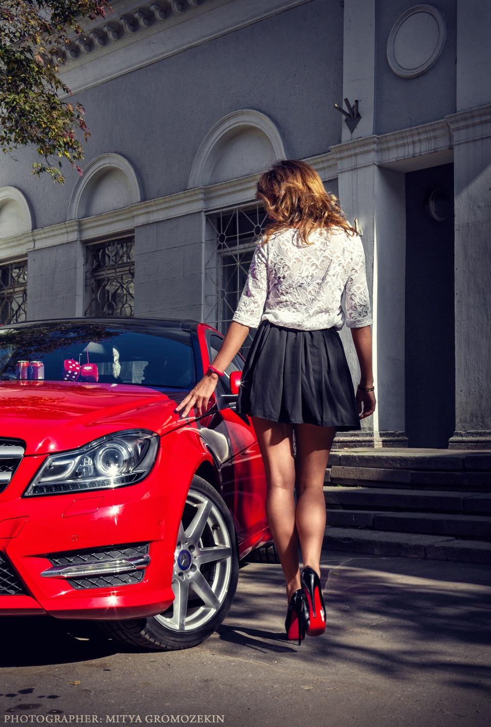 Картинка красивой девушки на машине