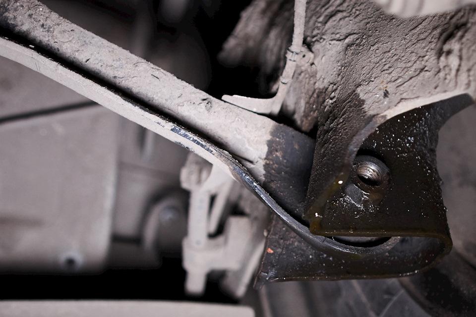 Задний поперечный рычаг Ford Focus III откручен
