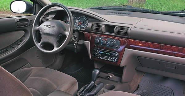 Сhrysler Sebring. Найдите 10 отличий… По сути салоны разнятся лишь эмблемой на руле да наличием у «американца» кнопок круиз-контроля