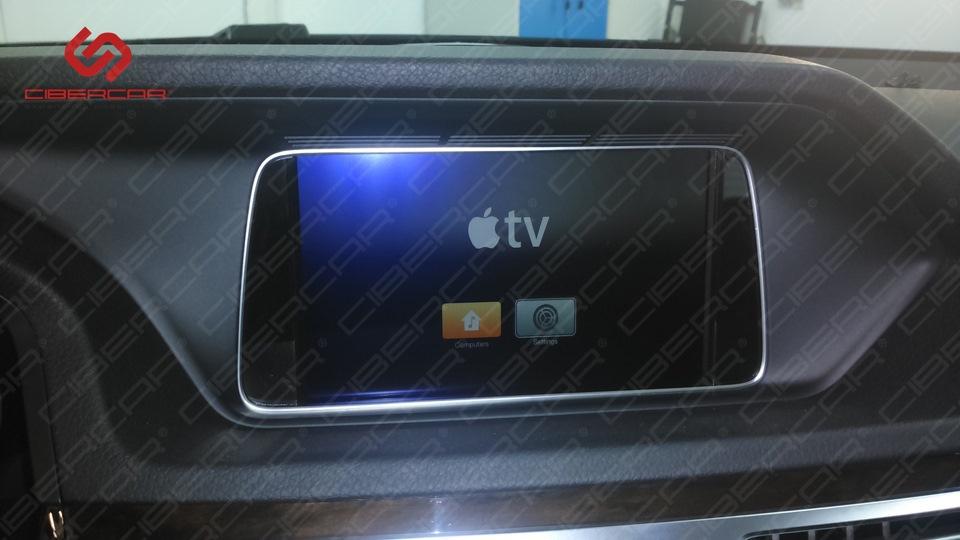 Заставка Apple TV на штатном экране монитора.