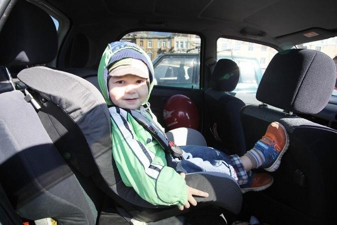 Приспособления для перевозки детей в автомобиле