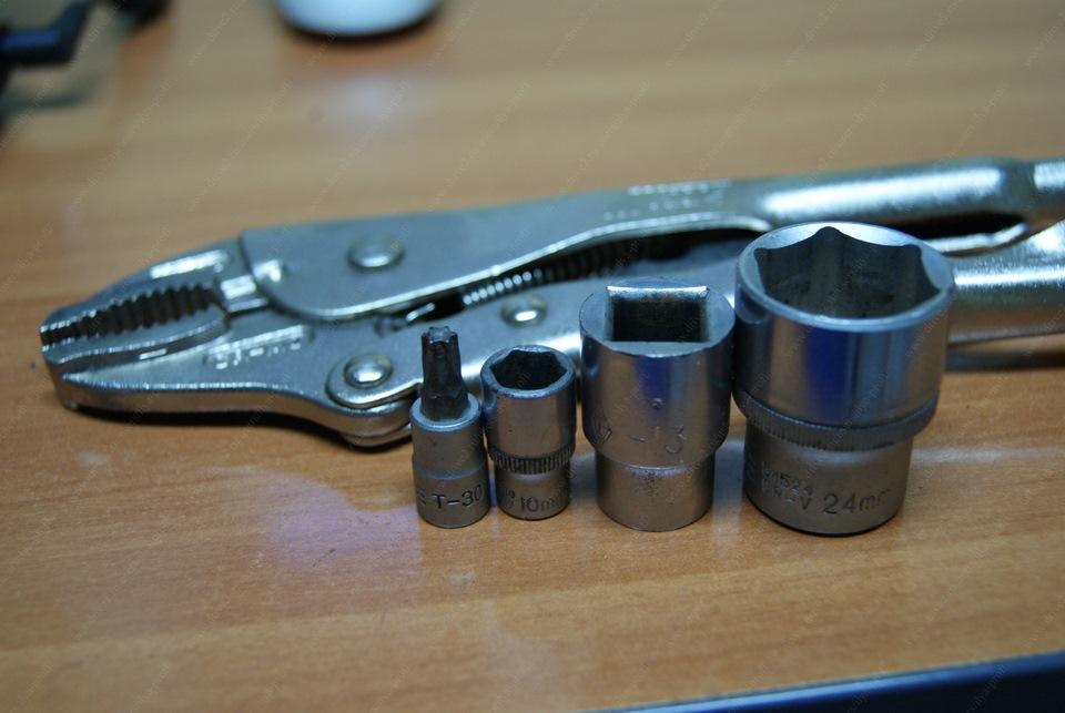 T30, головки на 10, 13, 24 и съемник хомутов, я использовал плоскогубцы с фиксатором.