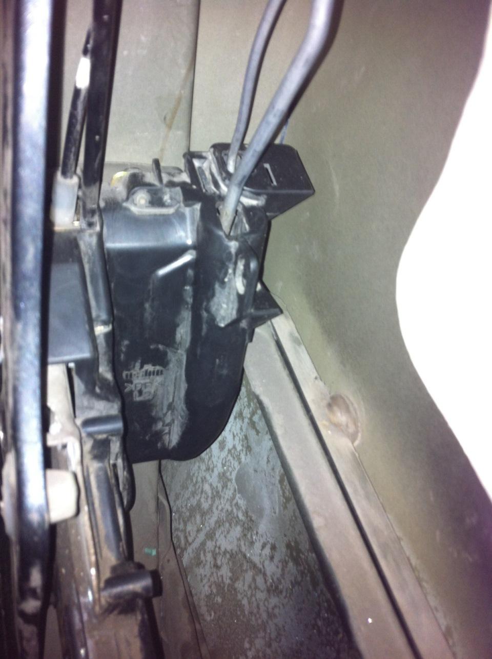 опель виваро не открывается замок водительской двери