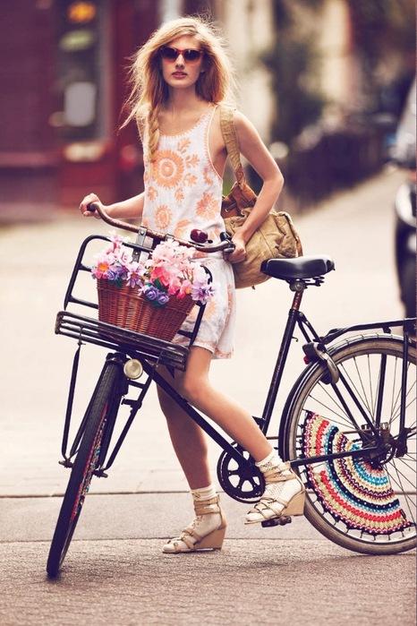 Девушка на велосипеде фото