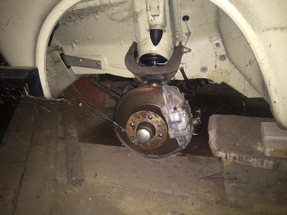 Левое переднее колесо снято: оно хранилось дома в целях защиты от угона