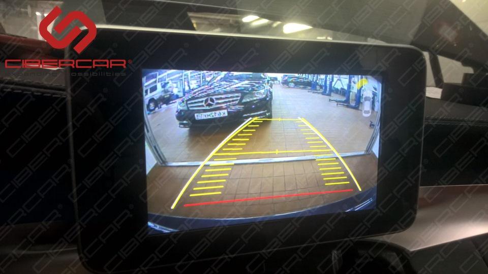 Изначально в автомобиле не было камеры заднего вида, мы ее установили и вывели изображение на оригинальный монитор с помощью KiberLink.