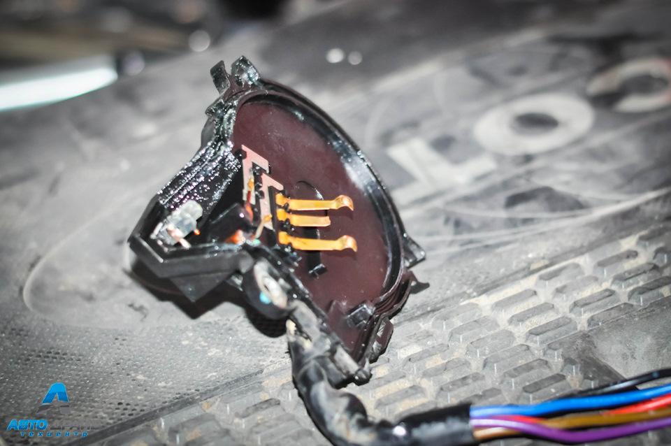 Достаем группу контактов и видим отломанный центральный контакт который отвечает за возврат стеклоочистителей в исходное положение