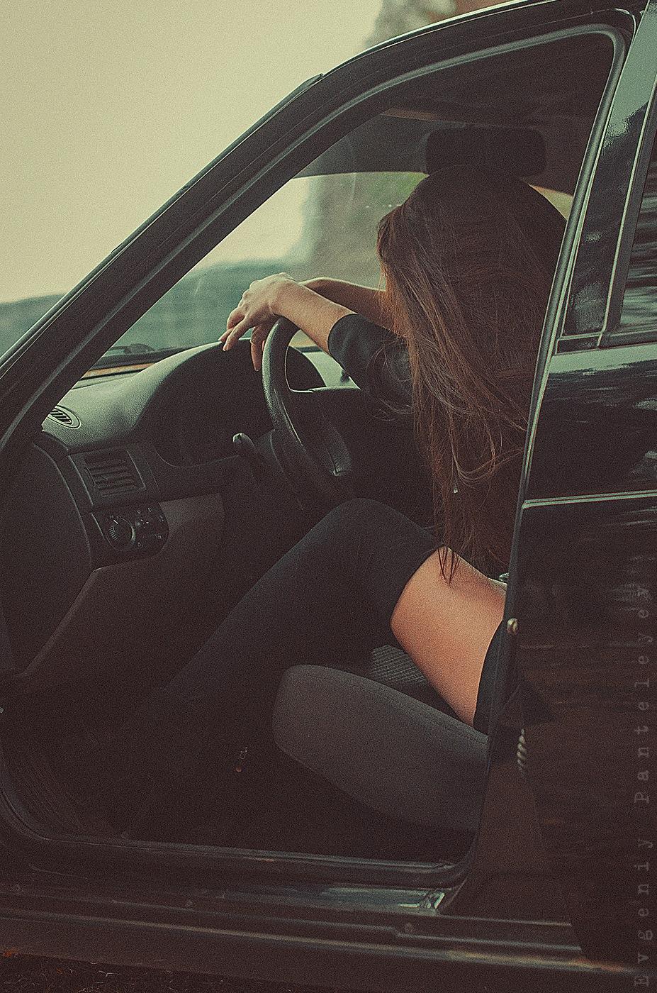 Картинка девушка возле машины со спины