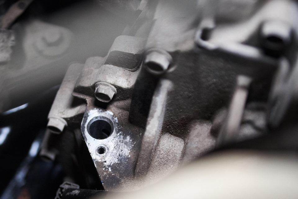 Заливное отверстие масла АКПП Mazda 6. Вид из подкапотного пространства.