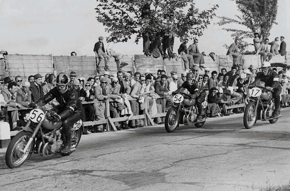 Франко Бертачини возглавляет группу четырёхцилиндровых 500-кубовых MV Agusta в гонке 1951 года в Цесенатико.