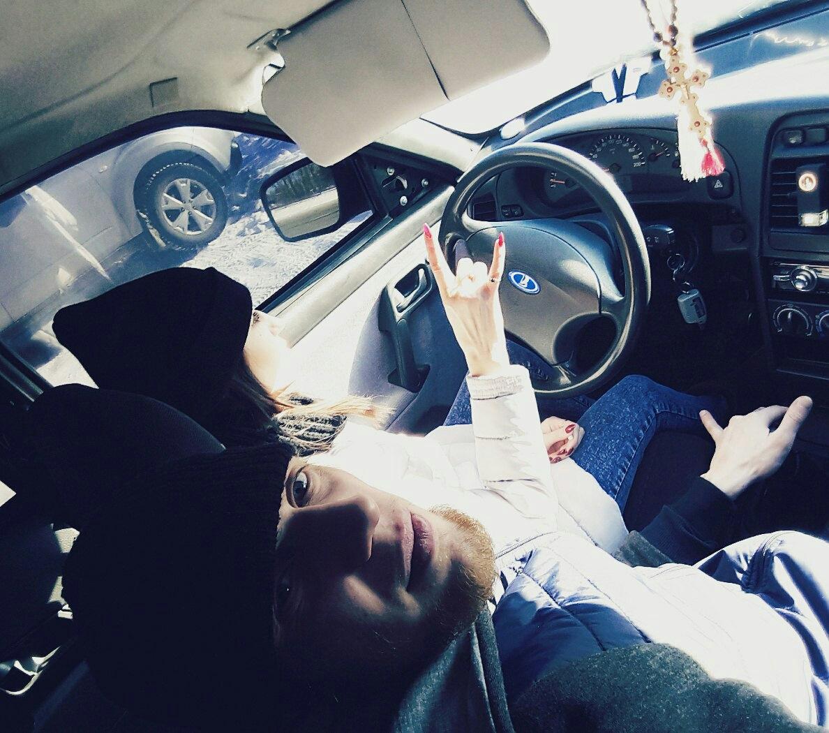 Картинки парень и девушка в машине фото