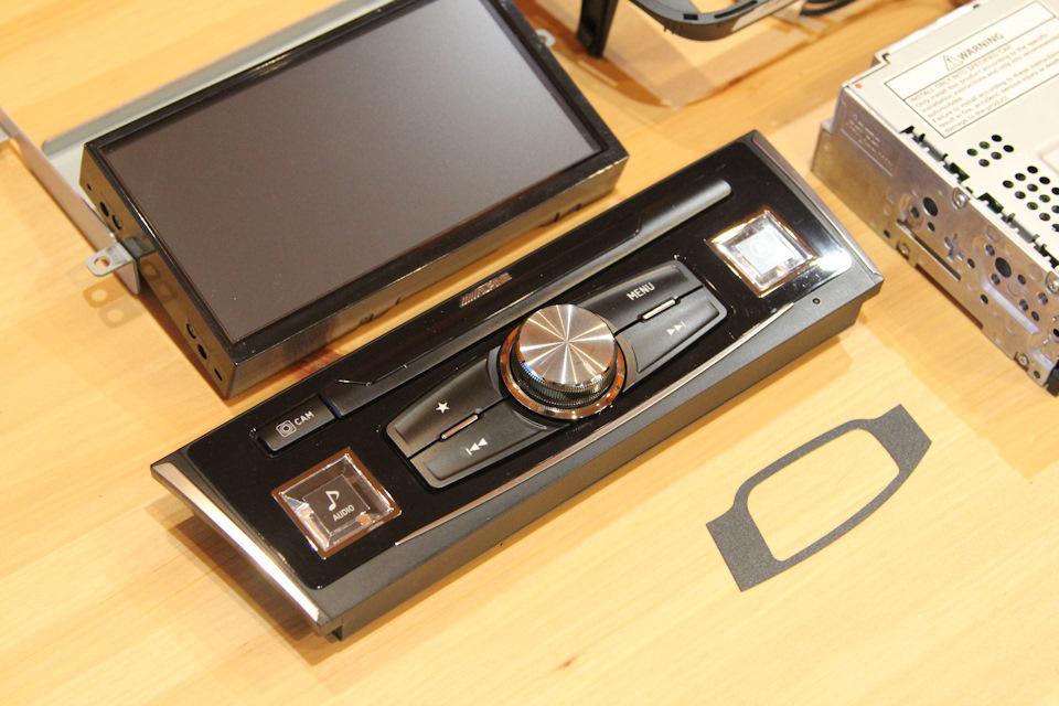 Все просто: блок магнитолы БЕЗ CD привода (да и зачем он, если есть воспроизведение FLAC), экран, крепеж.
