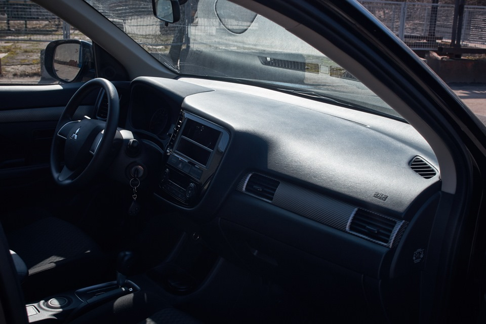 Mitsubishi Outlander. Вид передней части салона после восстановления.