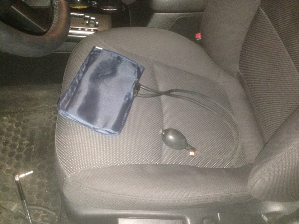 Не ездите на машине, если спинки сидений полностью откинуты.