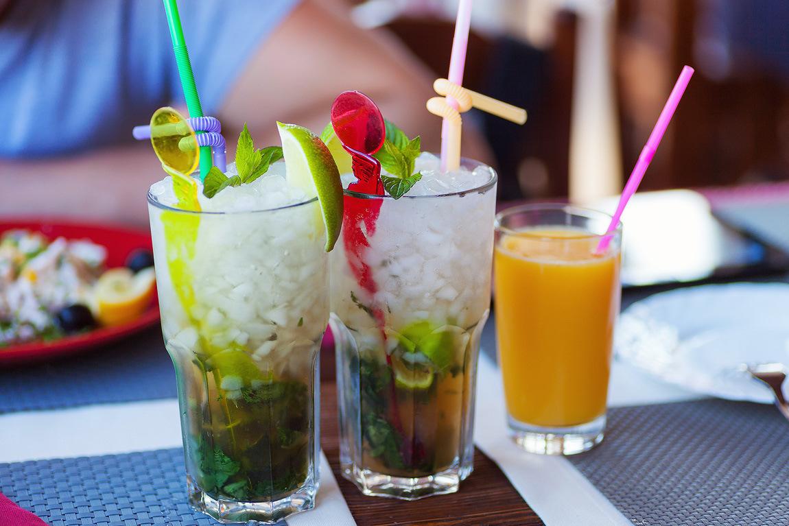 лежа пить коктейль фото кто регулярно практикует