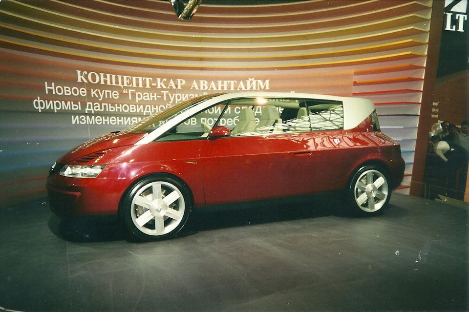 Этот футуризм — Renault Avantime пошел в серию только через два года, в 2001-ом. За два года производства сумели найти хозяев лишь 8 500 экземпляров. Уже в 2003 году из-за низких продаж выпуск был прекращен.