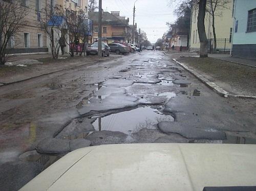 В Харькове автомобиль провалился в асфальт