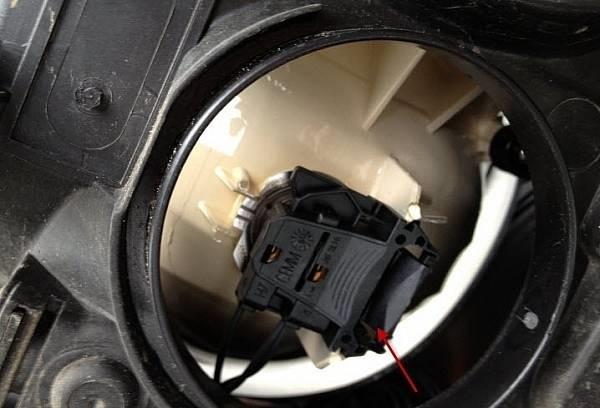 Connector for dipped beam headlight bulb — logbook Ford Focus Sedan
