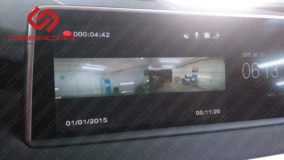 Картинка с обеих камер видеорегистратора на штатном мониторе.