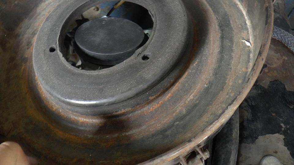 С первой проблемой, что я столкнулся — кастрюля фильтра моего старого карба не подходит к новому совершенно. Дырень в ней в 5 раз больше верха нового карбюратора. Порывшись в инете, оказалось что у меня кастрюля не от УАЗа, а от Волги.