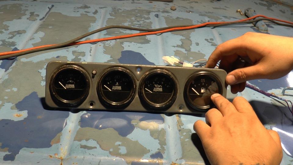 На место штатного вольтметра устарновил второй указатель уровня топлива, избавив схему от переключателя баков.