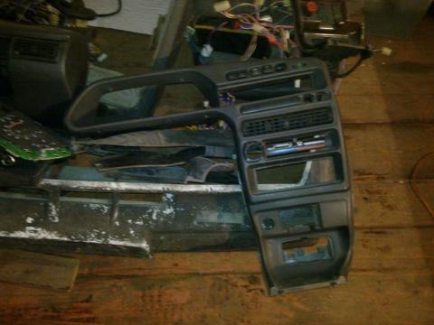 К ней имеется: - щиток приборов с 2мя окошками - проводка подпанельная от черного ящика - кнопки - замок зажигания (2.