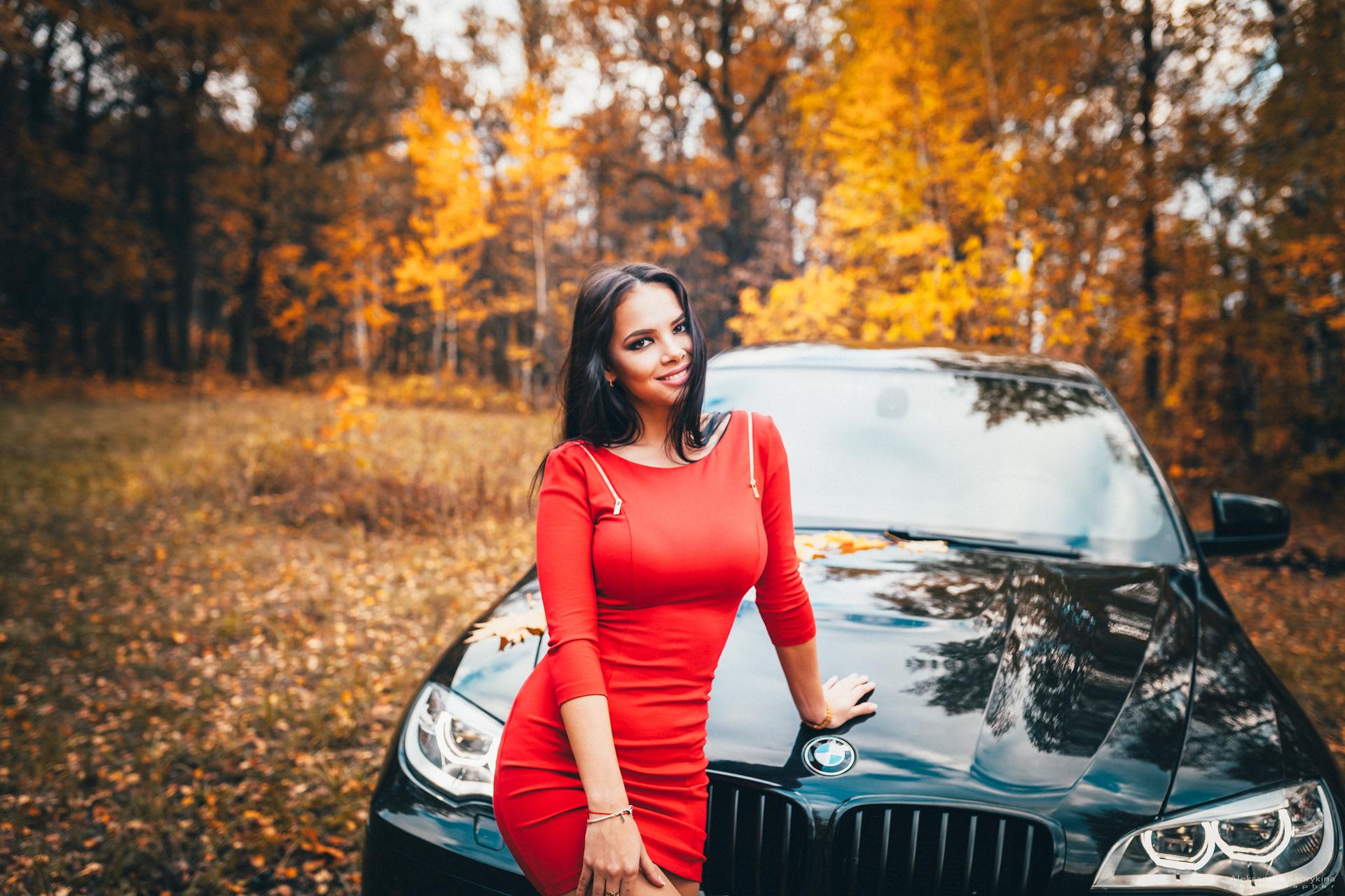 fotografiruyu-zhenu-u-mashini-v-lesu