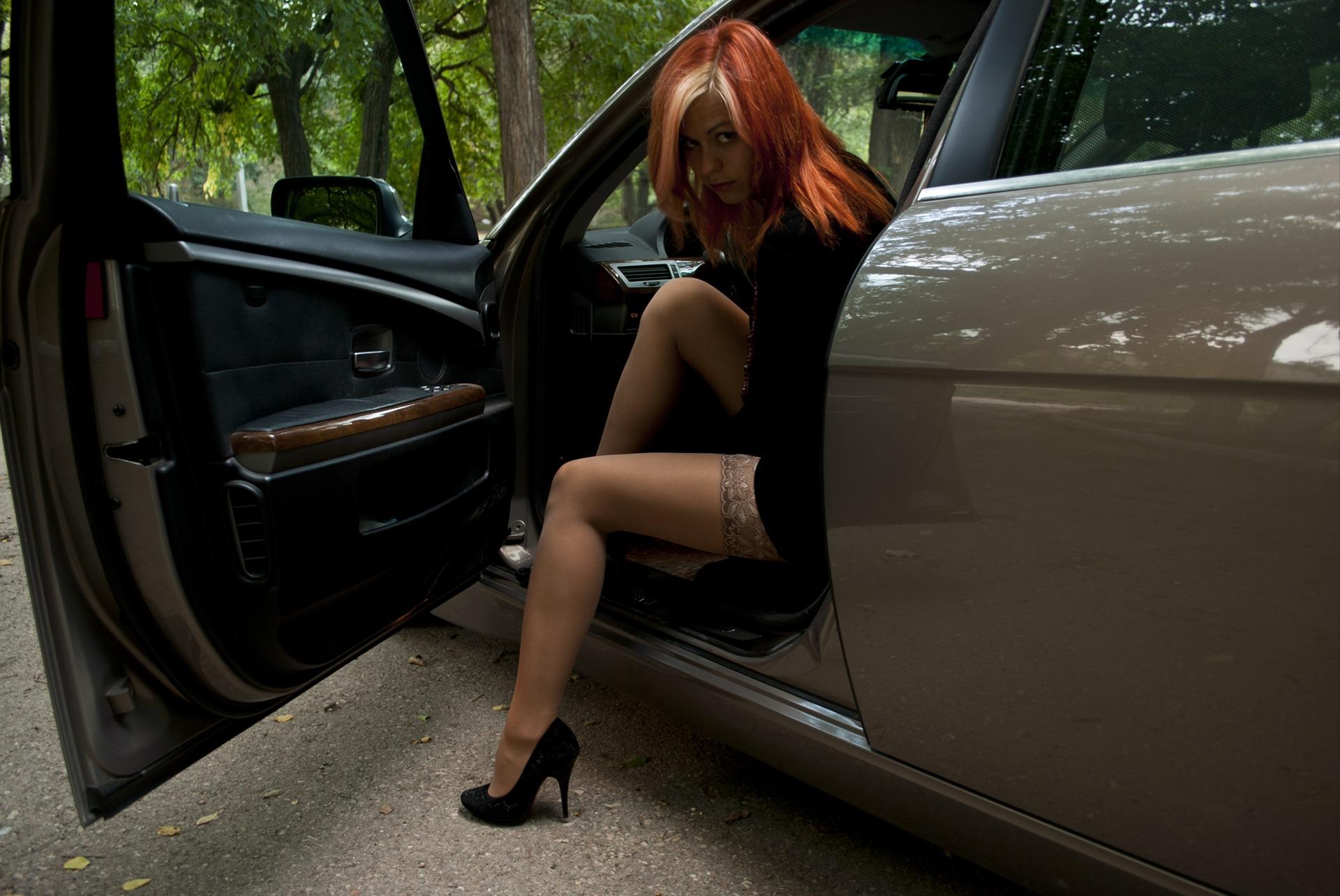 Фото девушек в чулках и у машин — 7