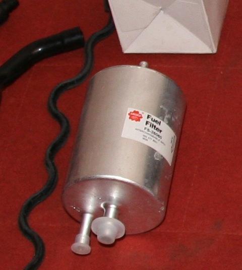 где стоит топливный фильтр на мерседесе e200