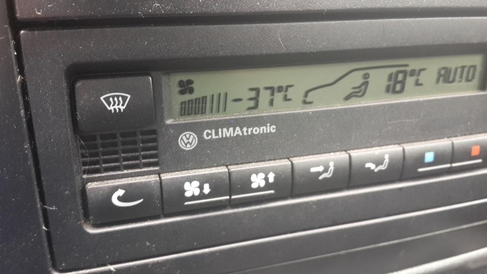где показывает температуру на фольксвагене поло