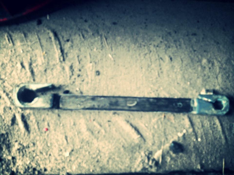 Рекомендуется использовать спец. ключ, но можно обойтись и простым рожковым.