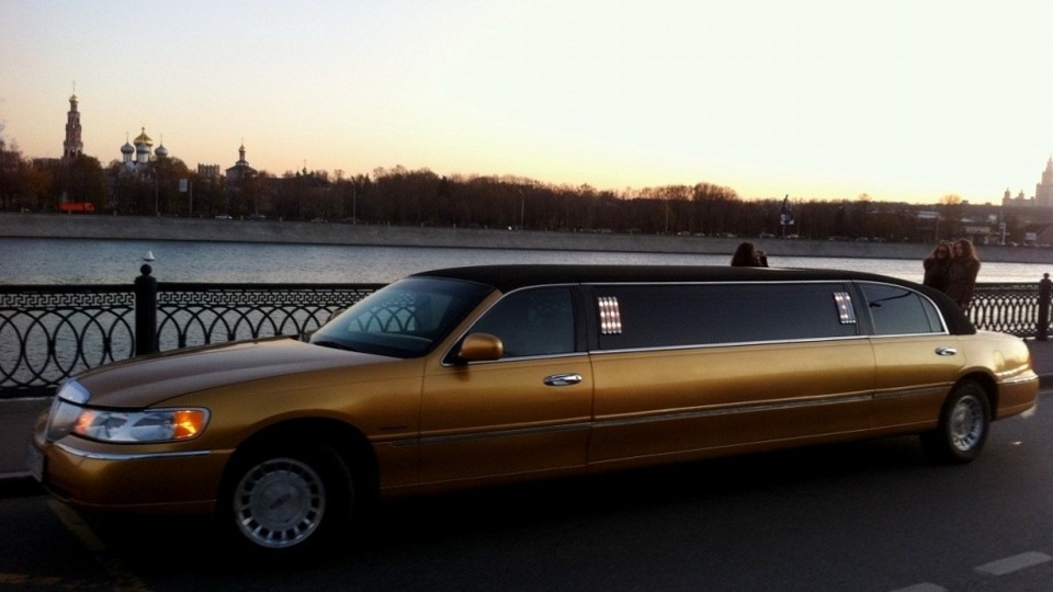 Lincoln Town Car Gold Limousine Drive2