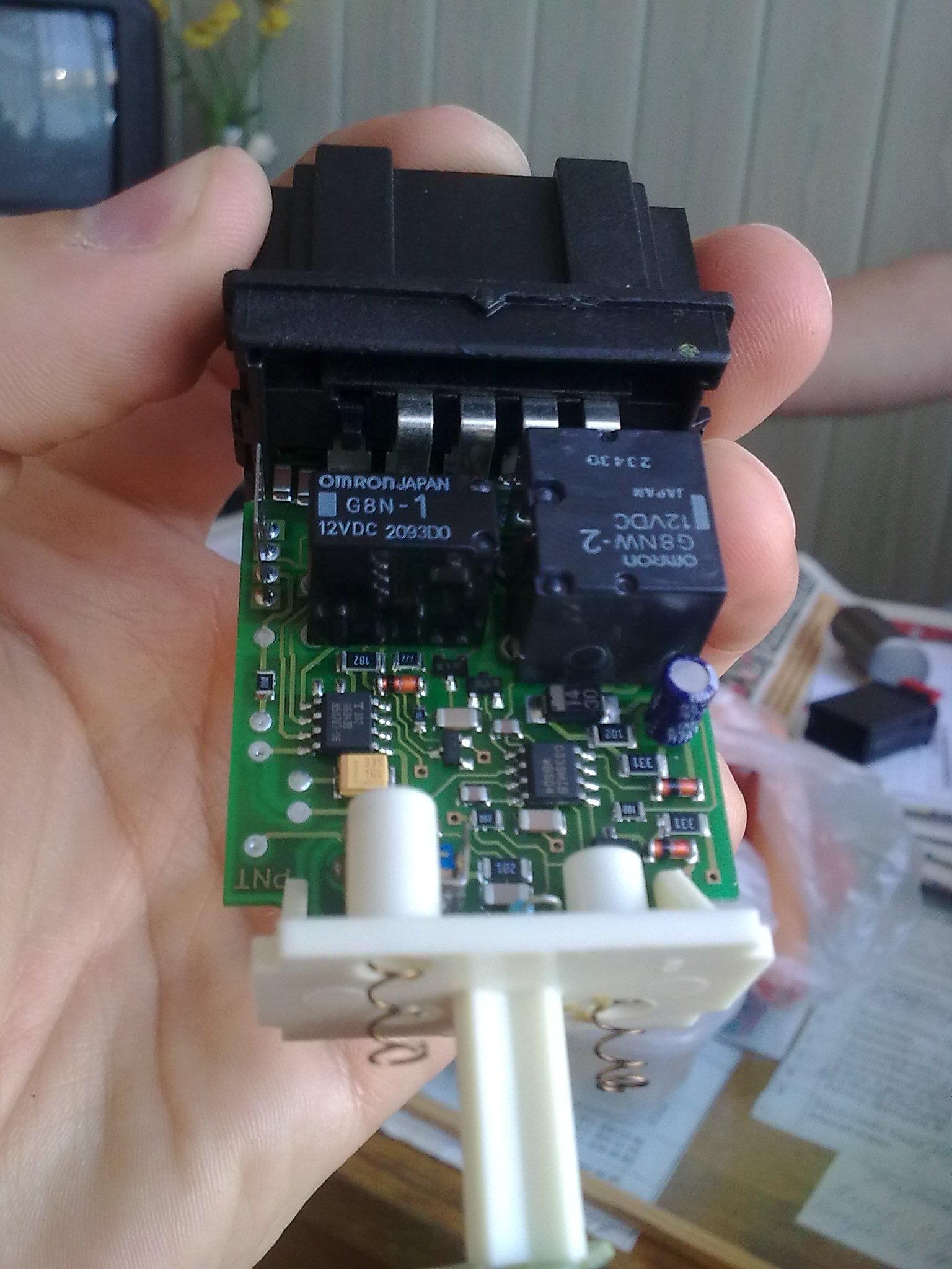 двапосмотри внутри стойки должен еще 1 провод с таким разъемом должен бытьна один контакт зуммер на второй свет