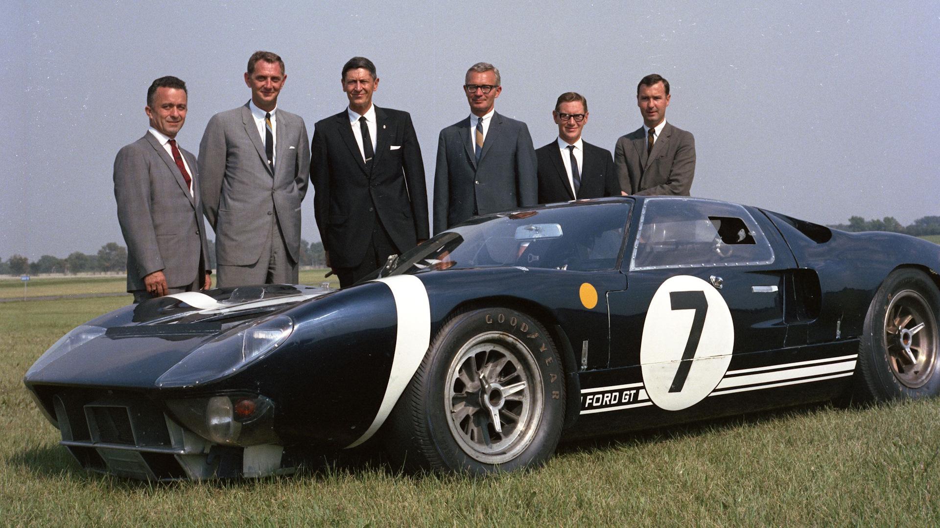 Ford GT40 фото 1964 года , рядом команда менеджеров Форда