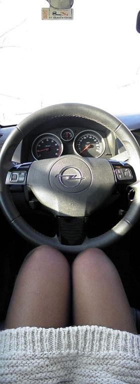 Фото девушка ноги на руле