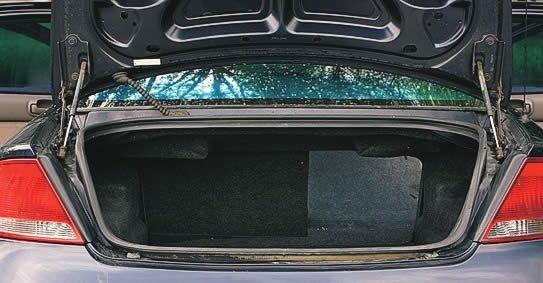 Chrysler Sebring. Обивка крышки багажника здесь была, владелец не установил ее после ремонта