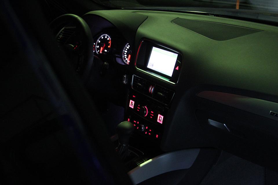 Да, понятно же, что все кнопки на руле сохранили свой функциоанал, а экранчик между тахометром и спидометром по-прежнему отображает название и содержимое выбранного источника.
