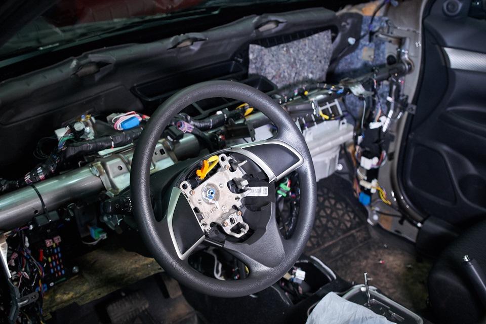 Mitsubishi Outlander. Вид салона после демонтажа кожуха подушки безопасности водителя и передней панели.