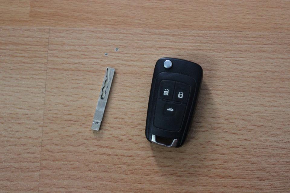 где прячут второй ключ в chevrolet cruze