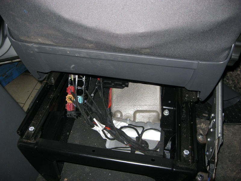 Вид проводов под сиденьем