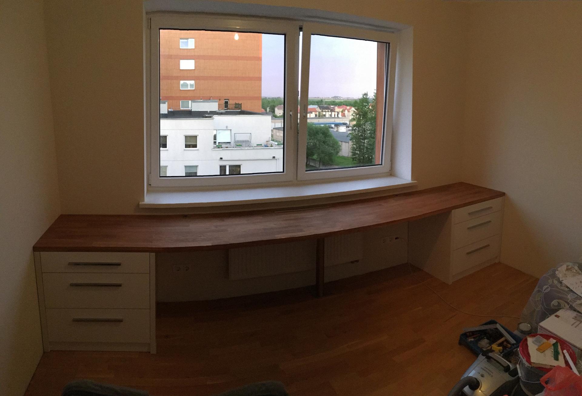 Письменный стол возле окна своими руками 14