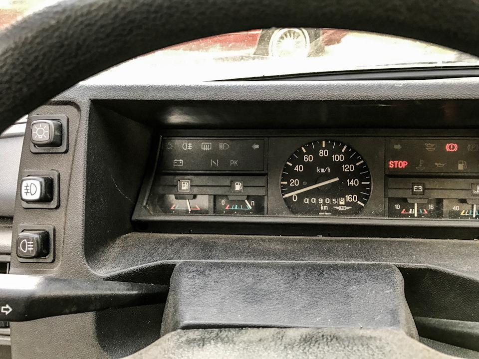 Показания одометра 26-летней машины. Здесь также хорошо видна улучшенная панель приборов с экономайзером и дополнительными контрольными лампами