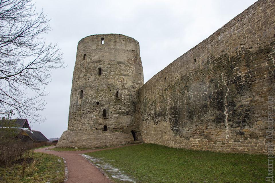 Стены и башни Изборска