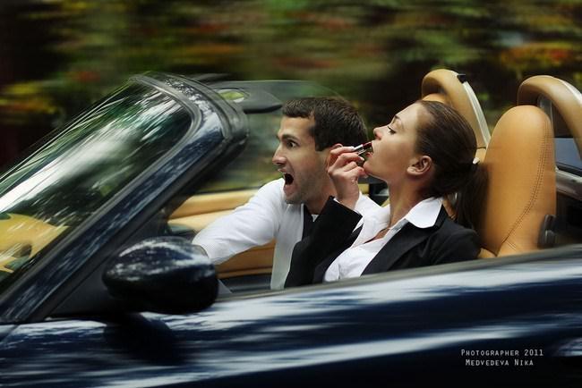 Сексуальные бабы за рулем с сигаретой