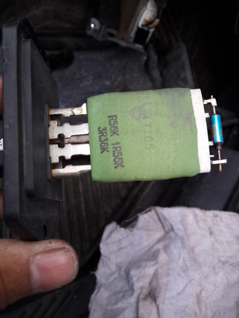 Где находится резистор на печку