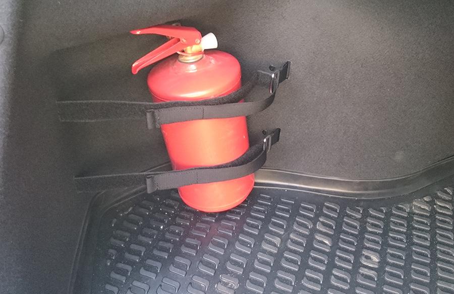 Огнетушитель из прошлого соляриса хорошо встал в нишу, еще поместится пару бутылок даже.