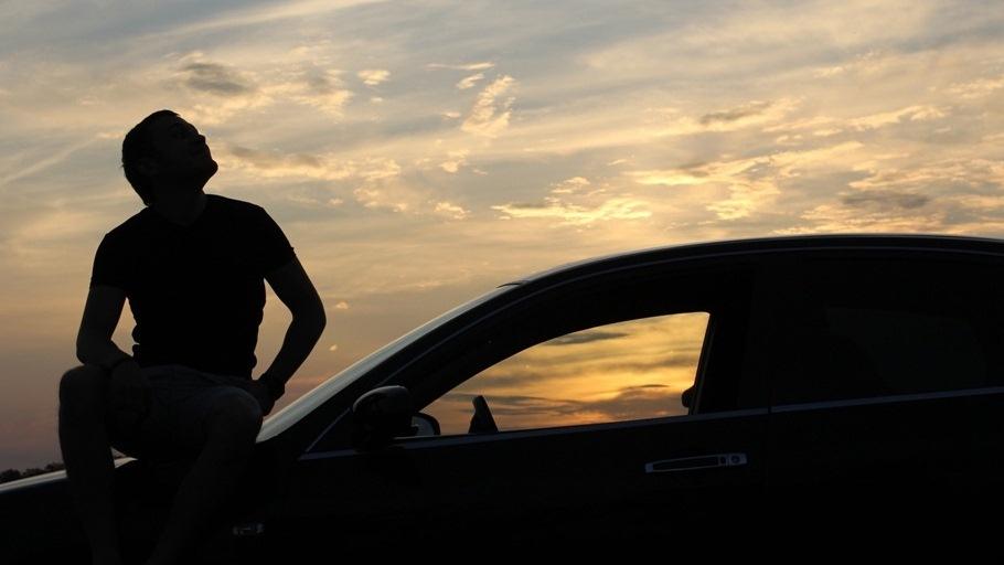 фото человека на фоне машины ночью годика