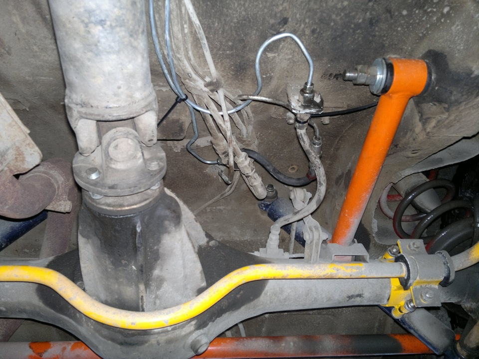 Подключенный тормозные трубки